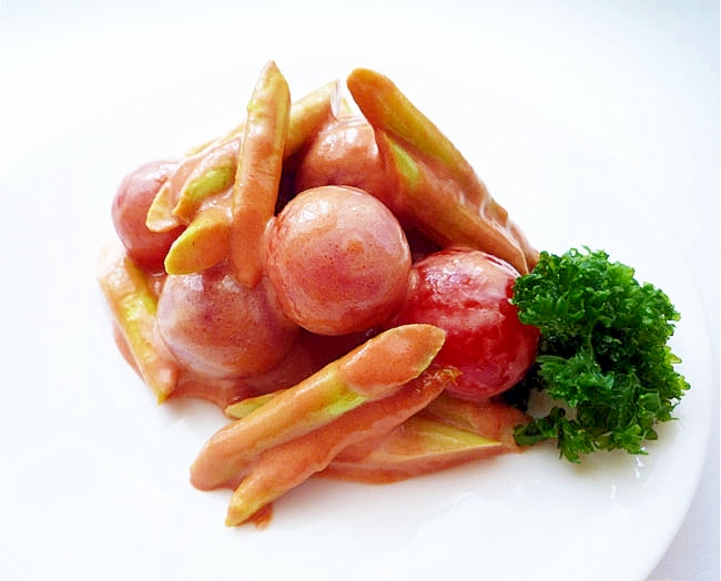白いお皿に盛られたアスパラとトマトのオーロラソースサラダ