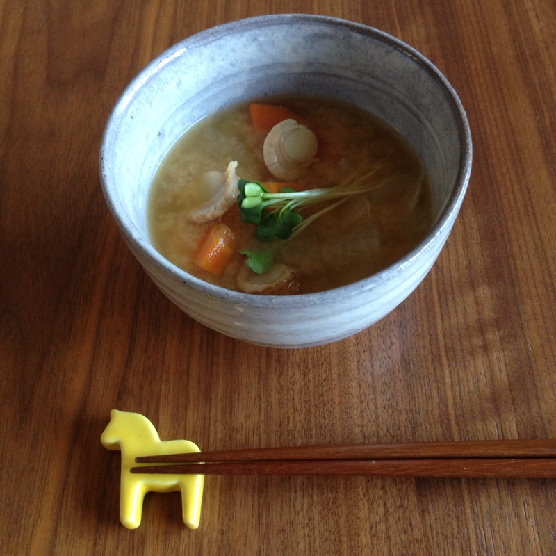 汁物茶碗によそられたベビーホタテの味噌汁