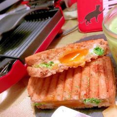 キャベツとクミンチーズのトロ卵ホットサンド