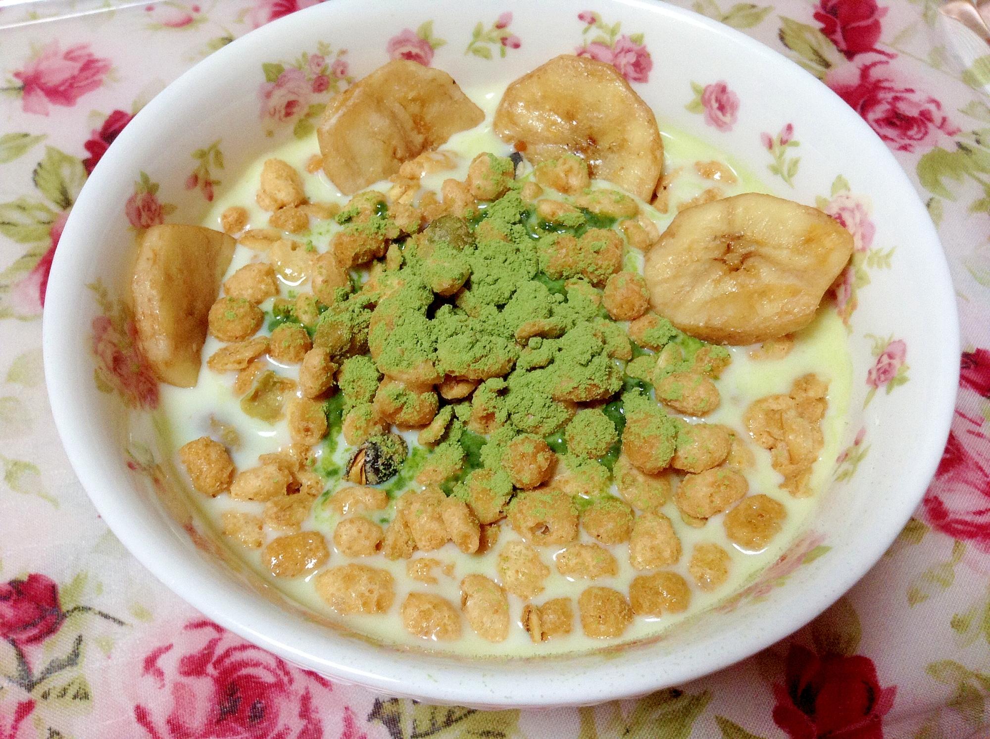 大豆グラノーラとバナナチップ青汁豆乳