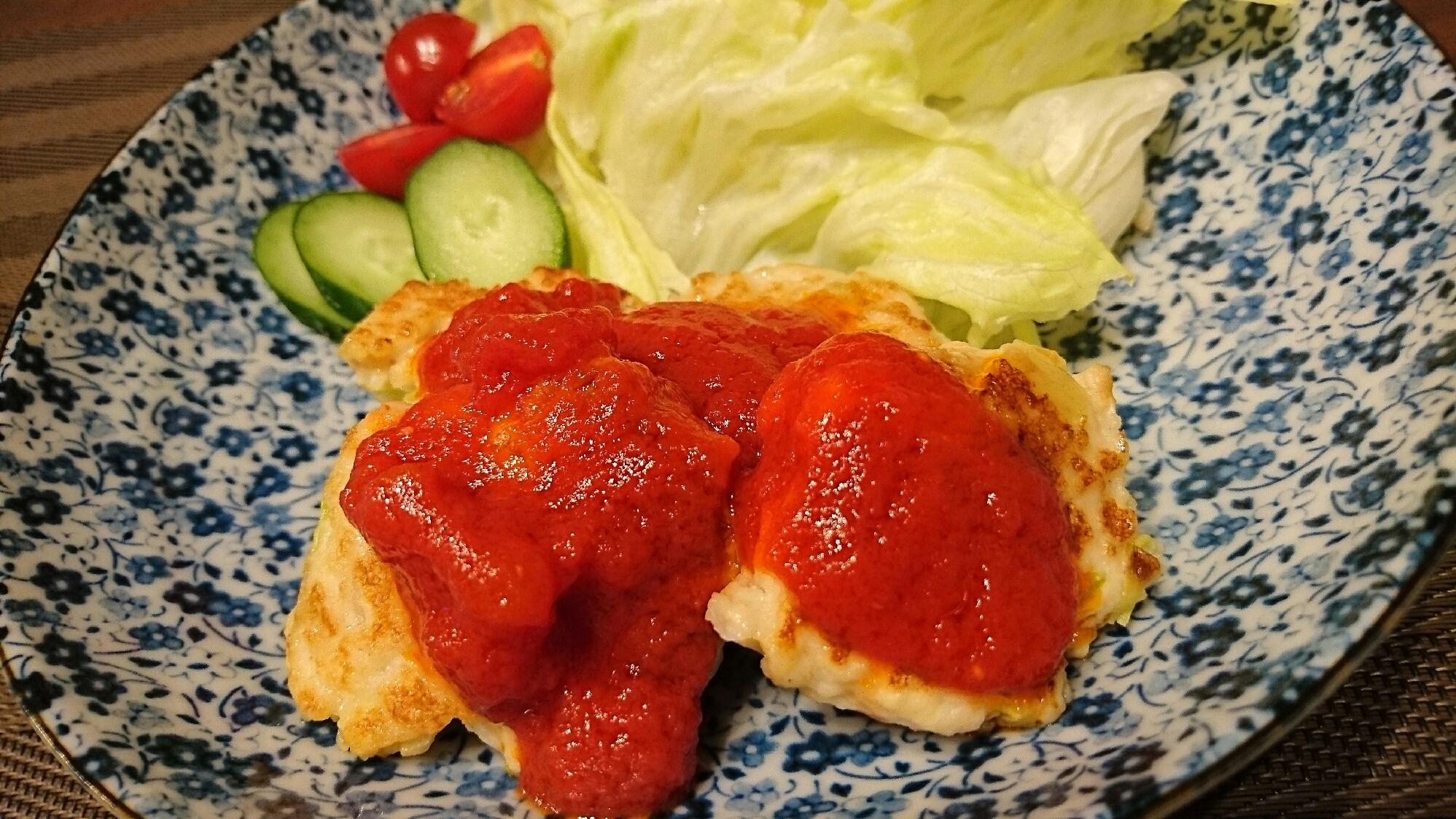 トマトソースのかかった豆腐ハンバーグ