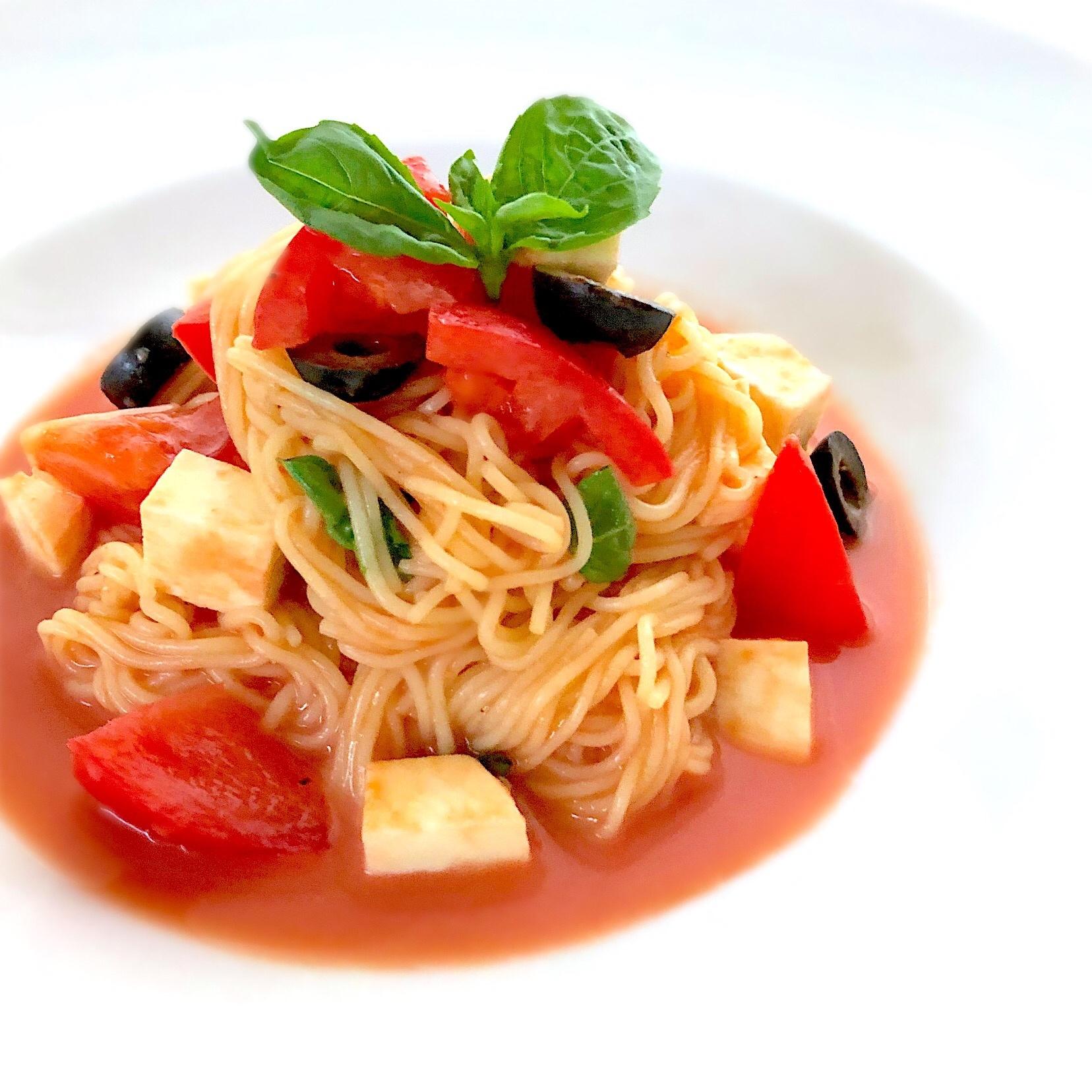 4. 黒オリーブでよりリッチなトマトの冷製パスタ