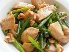 脂を捨てる!?鶏むね肉&ニンニクの芽の炒め物♪