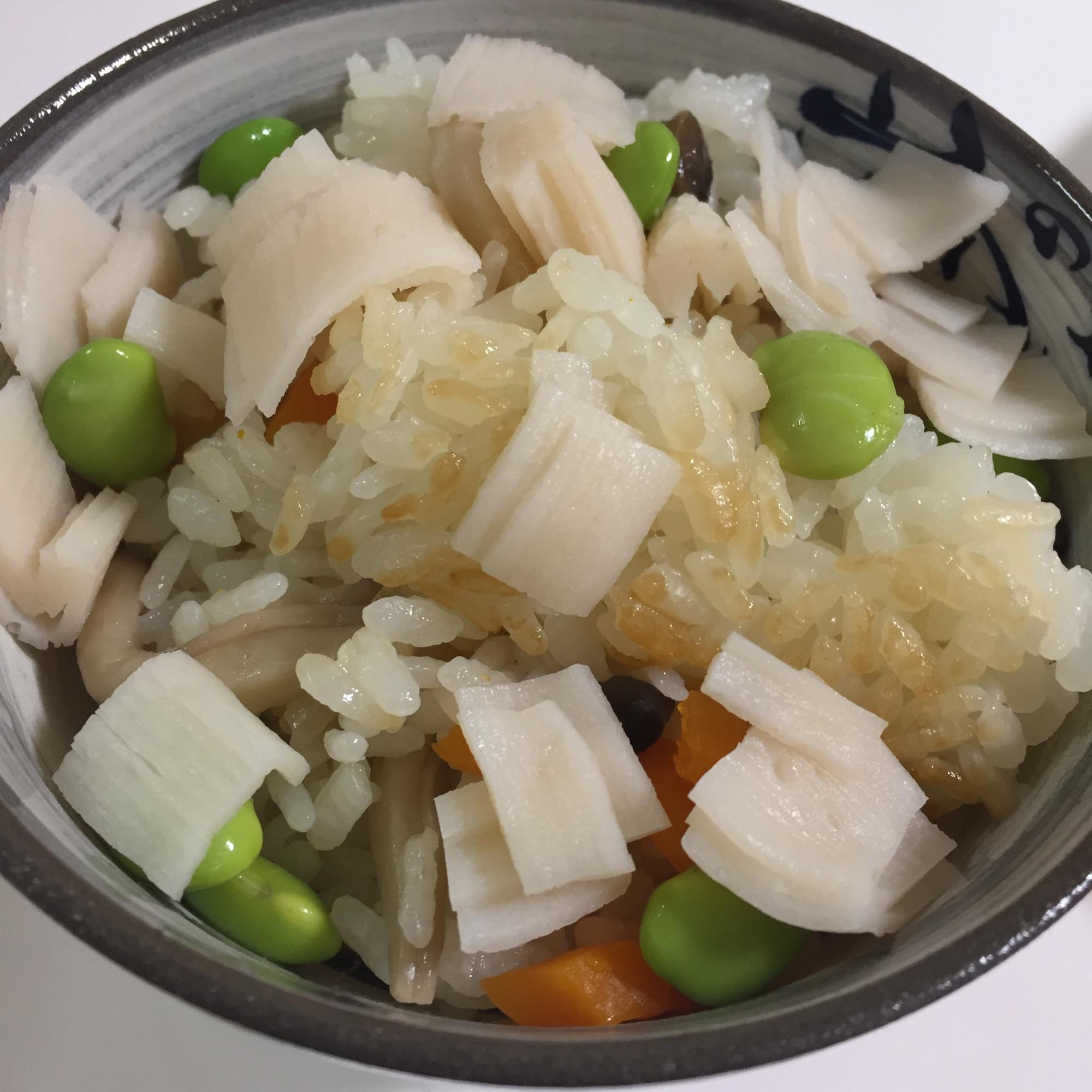 ⒋ ホタテのだしの素を使った彩り炊き込みご飯