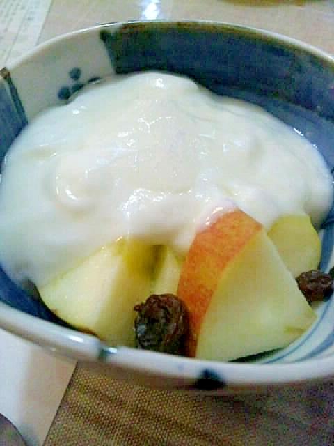 鉄分摂取、りんごとレーズンヨーグルト