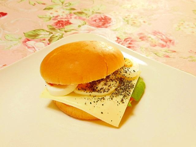 ツーンゆで卵と黒すり胡麻の山葵マヨバーガー