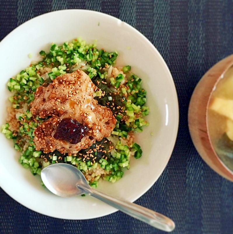 白い丼に盛られた昆布と納豆のネバネバ丼