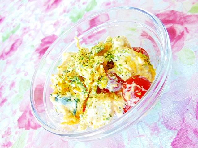 トマトと蒸し鶏と南瓜とキューちゃんのサラダ