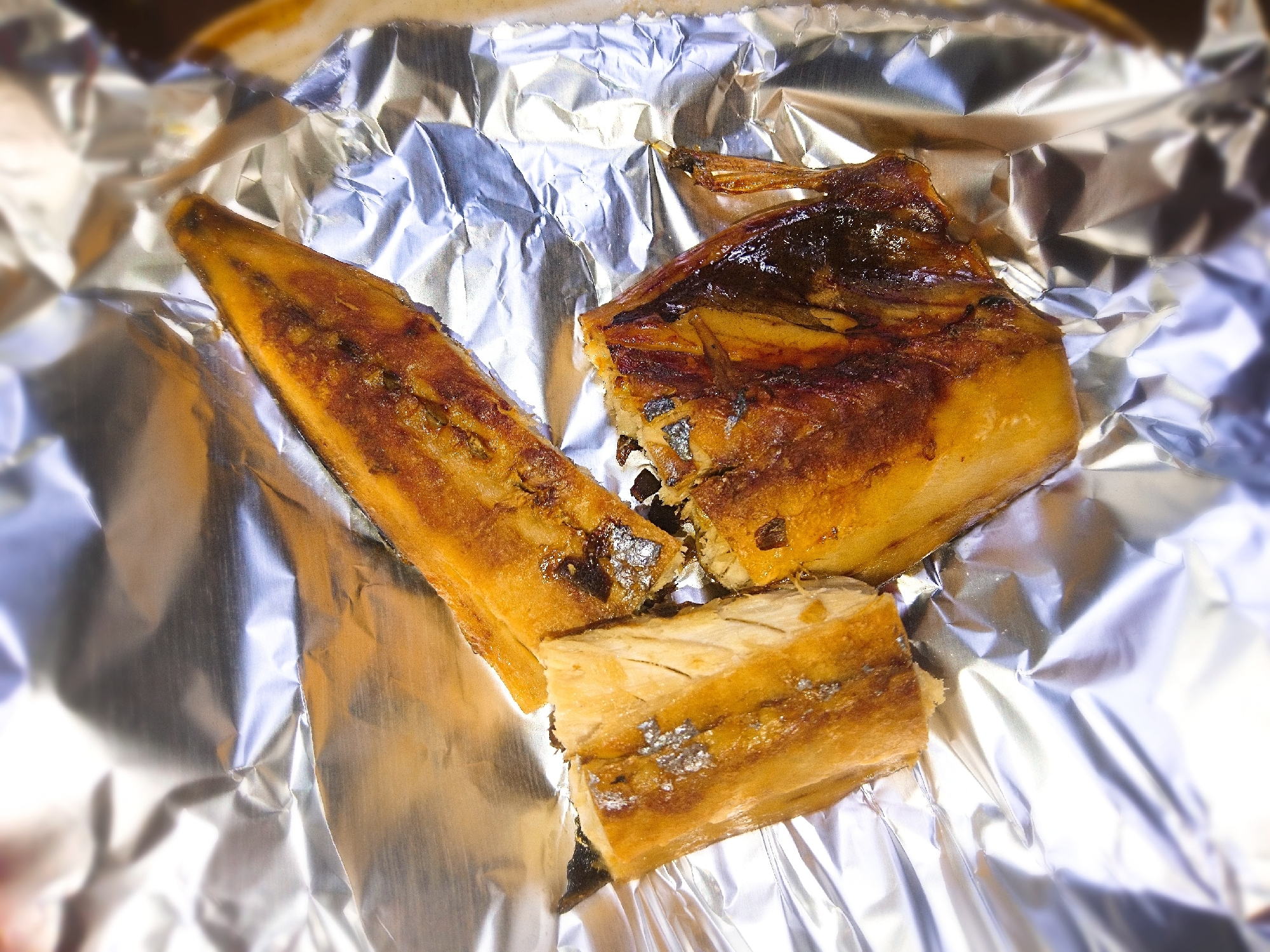 アルミホイルの上にのせた鯖の塩焼き