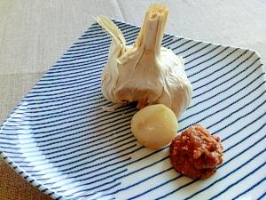丸ごとニンニクのホイル焼き♪七味味噌をつけて