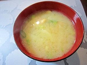和朝食!大豆とじゃがいもと青ネギのお味噌汁