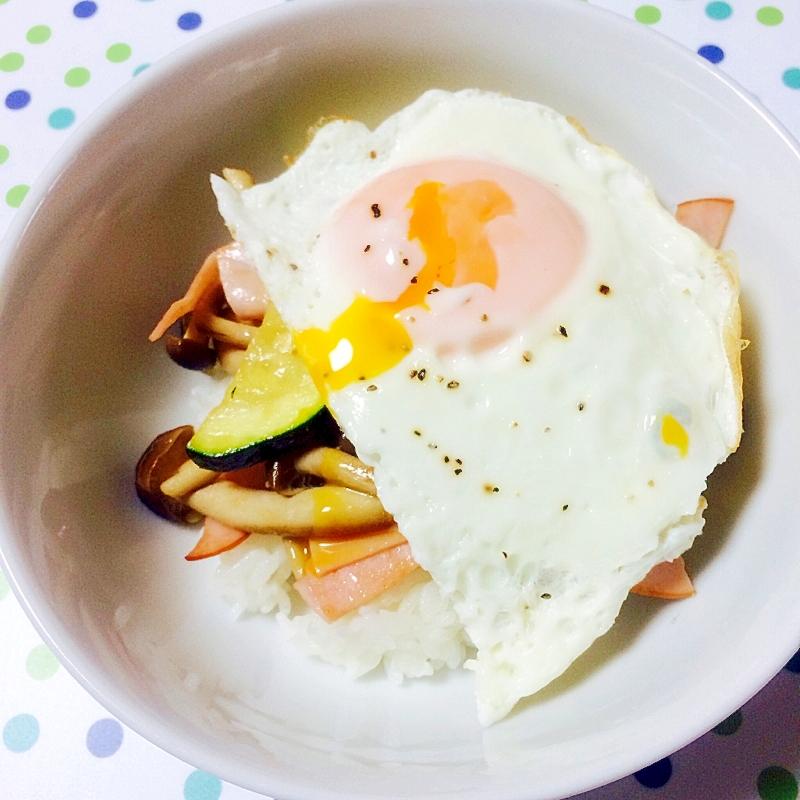 朝食に簡単!とろ~り目玉焼き野菜丼