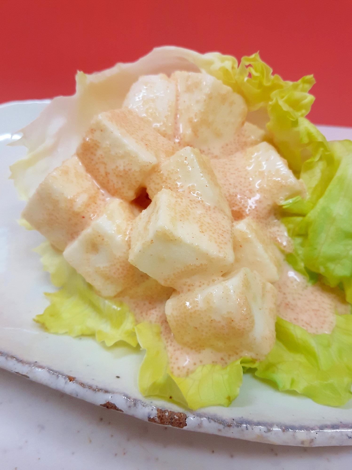 白っぽい焼き物皿に盛られた、はんぺんの辛子マヨ和え
