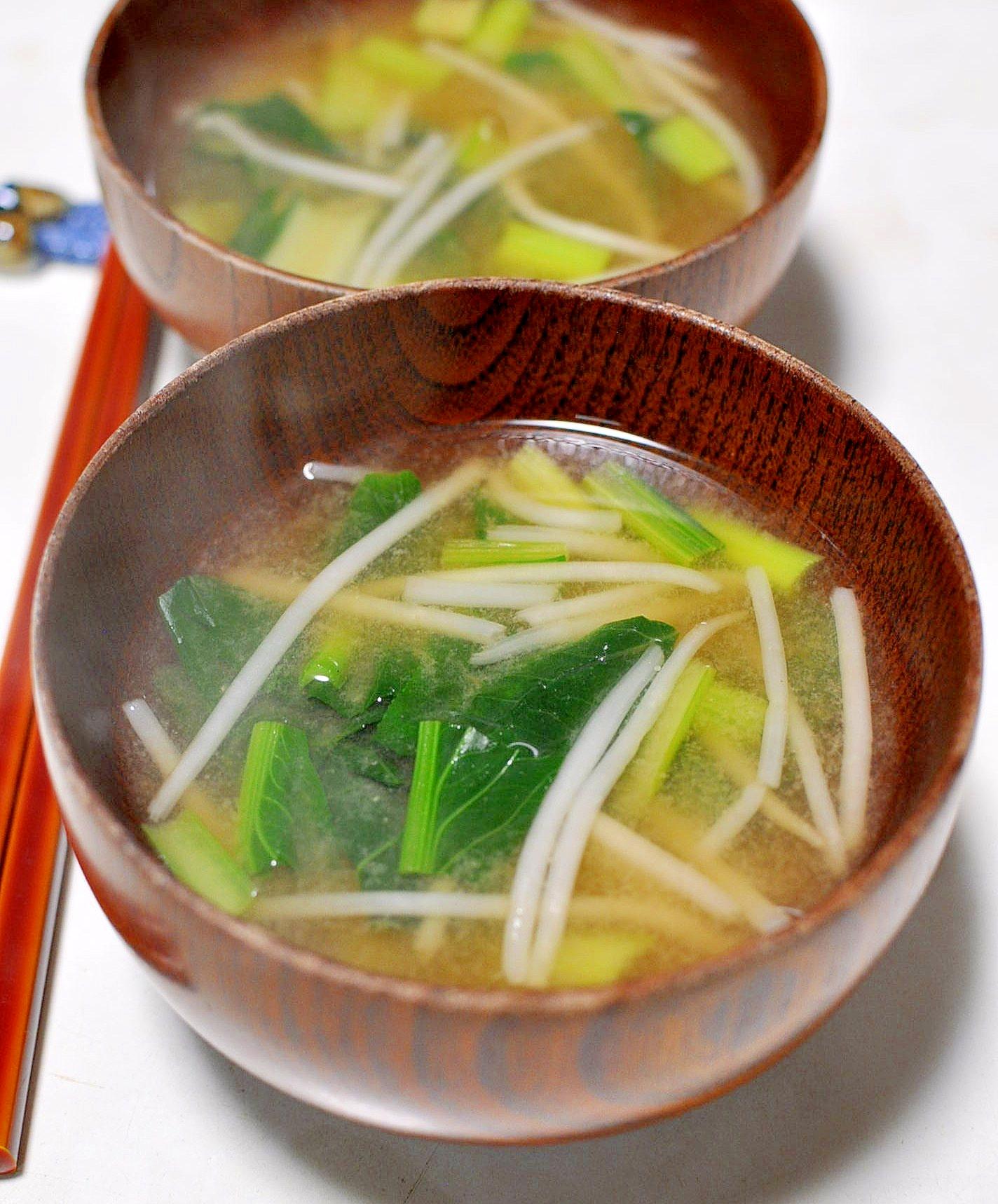 茶碗に盛られた小松菜ともやしのみそ汁
