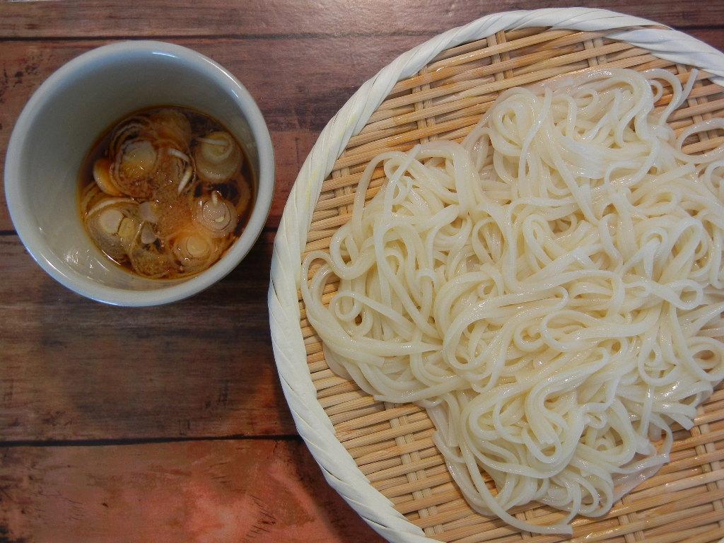 ザルに盛られた麺と、器に注がれたつけ汁