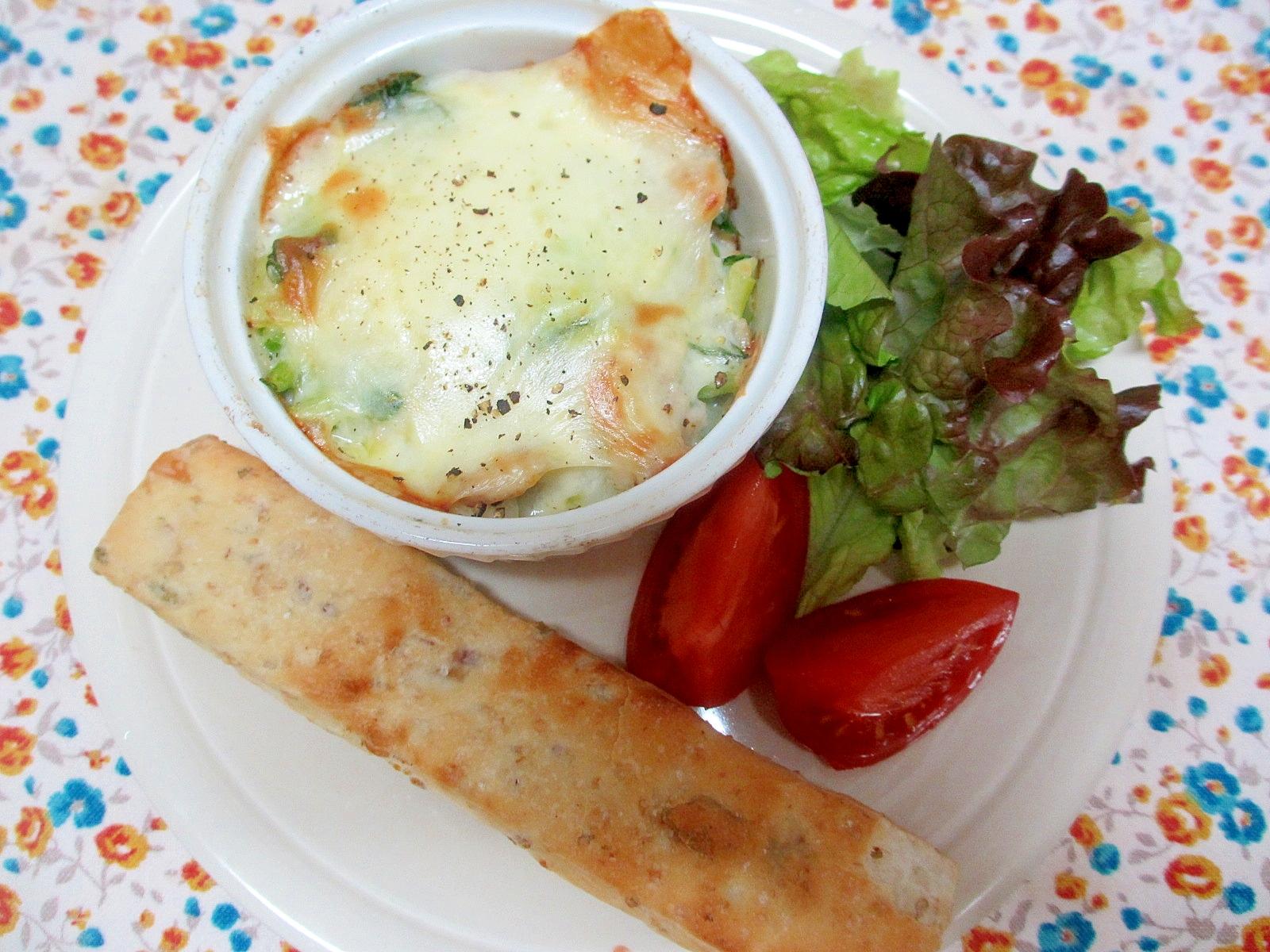 ひき肉と小松菜のポタージュグラタンの朝パンプレート