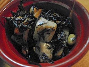 こんにゃく、大豆、ニンジンとひじきの煮物