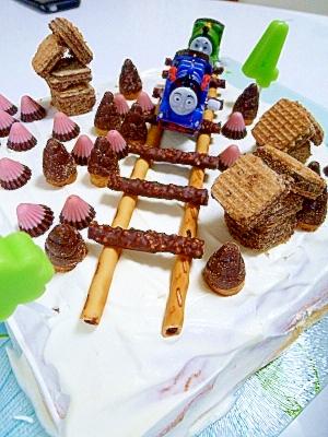 2. トーマスのデコレーションレールケーキ