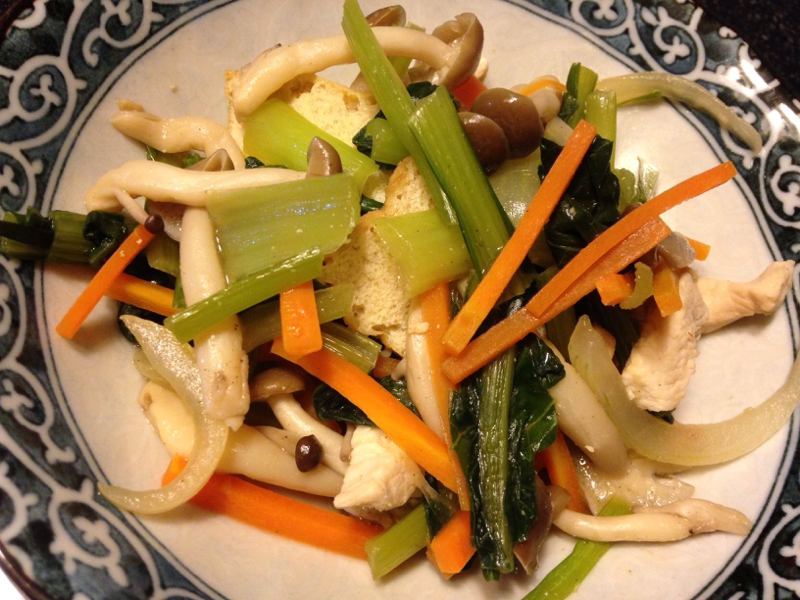 小松菜と人参と玉ねぎとしめじと鶏肉と厚揚げの炒め物