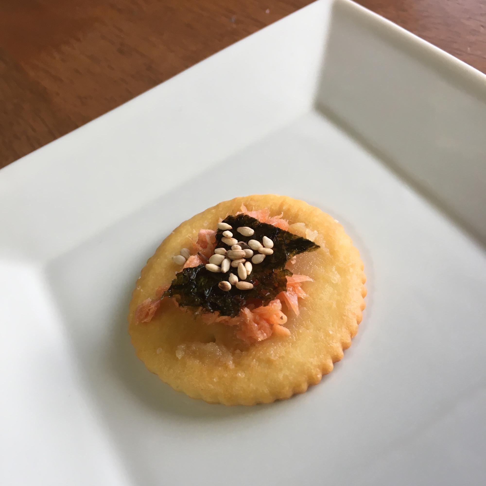 4.白味噌と鮭フレークとのクリチスナック