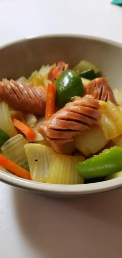 ソーセージと三色野菜のカレーソテー