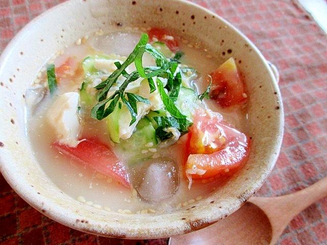 ベージュの和食器に盛られたトマトの豆乳冷汁