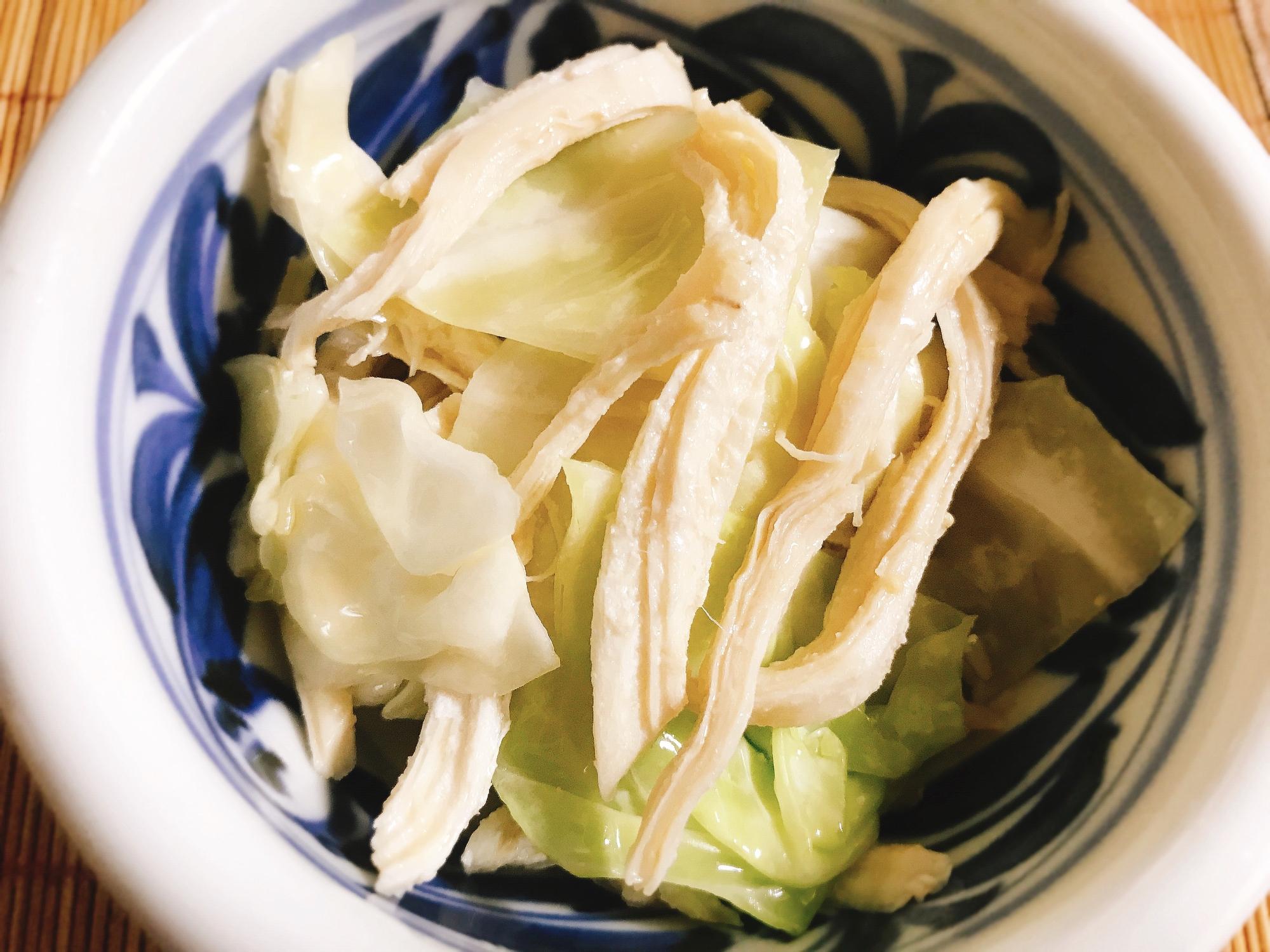 白地に藍の模様が入った器に盛られた、鶏胸肉とキャベツの中華和え
