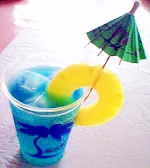 色鮮やかなカクテル「ブルーハワイ」って?味わいやレシピもご紹介♪