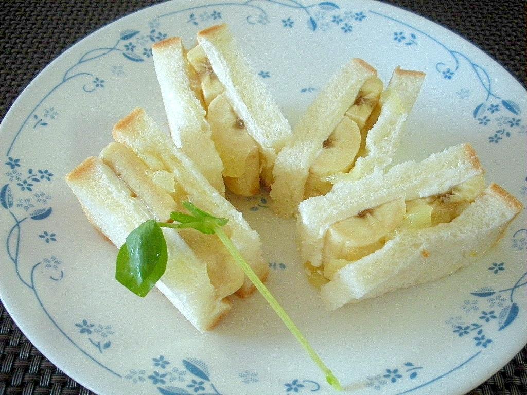 お夜食に!クリチーとバナナとリンゴジャムサンド♪