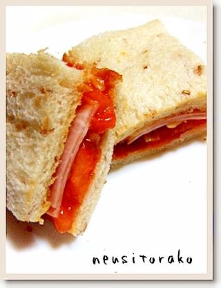 焼きトマトとミートソースのサンドイッチ