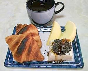 クロワッサンと簡単豆腐スイーツの朝食