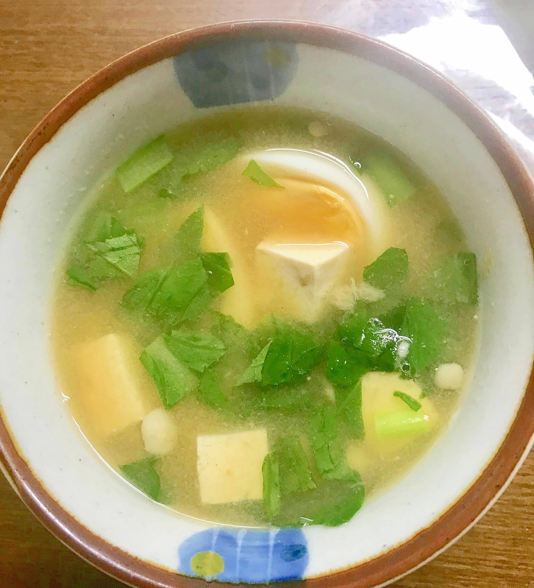 器に盛られたゆで卵と小松菜の味噌汁