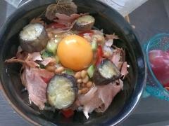 夏野菜たっぷりの納豆卵かけごはん