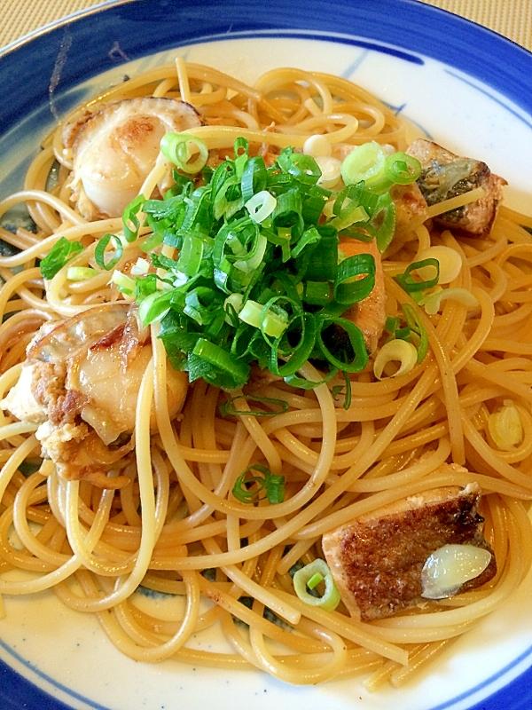 青いお皿に盛られ、ネギがトッピングされたホタテとサーモンの和風パスタ