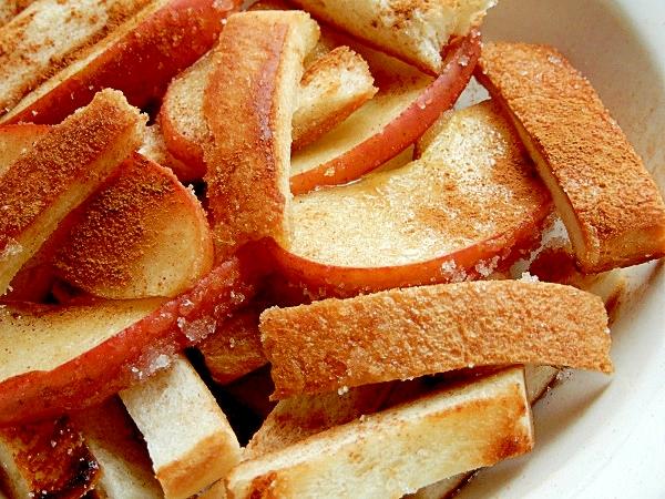 お皿に盛り付けたパン耳とりんごのアップルパイ風炒め