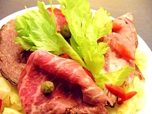茹でキャベツとローストビーフのサラダ