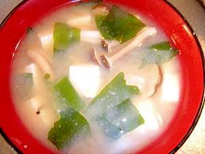 豆腐とシメジのお味噌汁