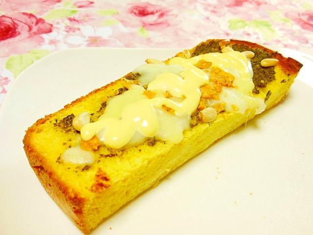 松の実とバジルのドリトスにんにくチーズトースト