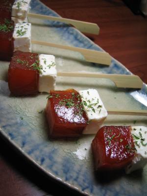 4. マグロとチーズのピンチョス