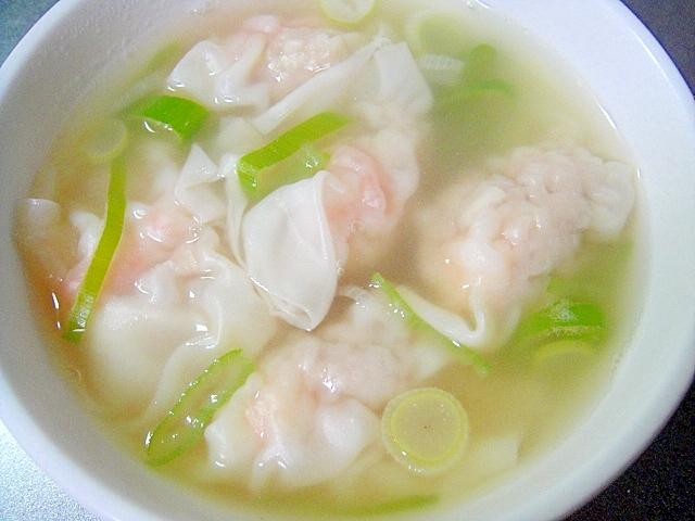 白い器に盛り付けたワンタンと小口ネギのスープ
