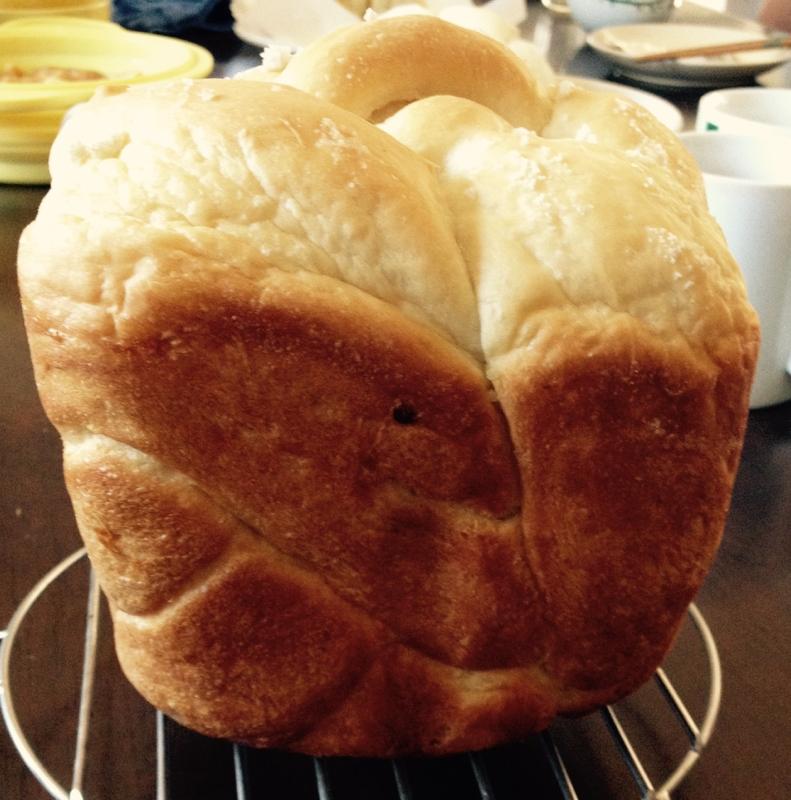 ケーキクーラーの上に置かれた食パン