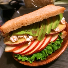 薩摩芋とアボカドと林檎のささみクリームチーズサンド