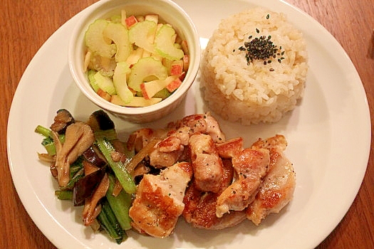 鶏のレモン塩焼・りんごとセロリサラダのワンプレート