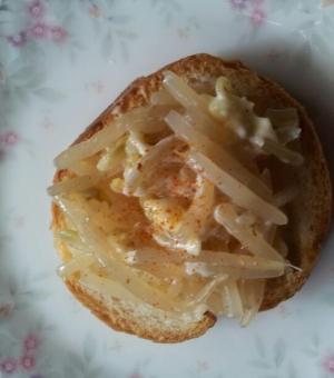モヤシのケチャップチーズのせフランスパン