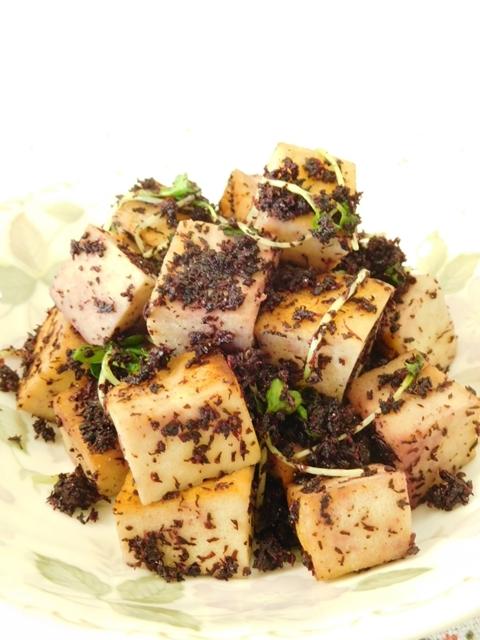 葉っぱの模様が入った皿に盛られた、高野豆腐のゆかりバター炒め