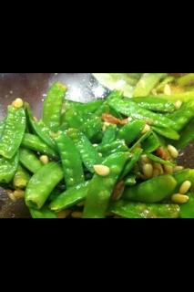 サヤエンドウと松の実の梅サラダ