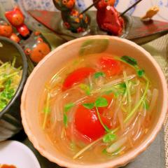トマトと豆苗ともやしの味噌春雨スープ