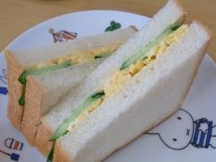 炒り卵ときゅうりのお手軽サンドイッチ