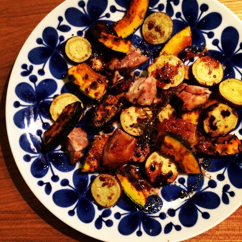 チキンとサツマイモとカボチャの温かいサラダ