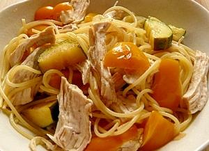 彩り野菜と茹で鶏のパスタ